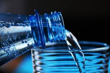 Jaką wodę wybrać i ile jej pić?